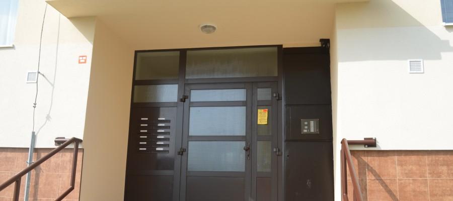Vchod bytového domu Vlčince