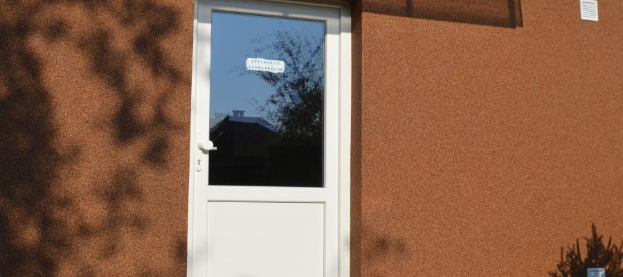 Vchod bytového domu Hliny