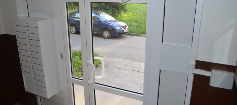 Vchod bytového domu Hliny VII